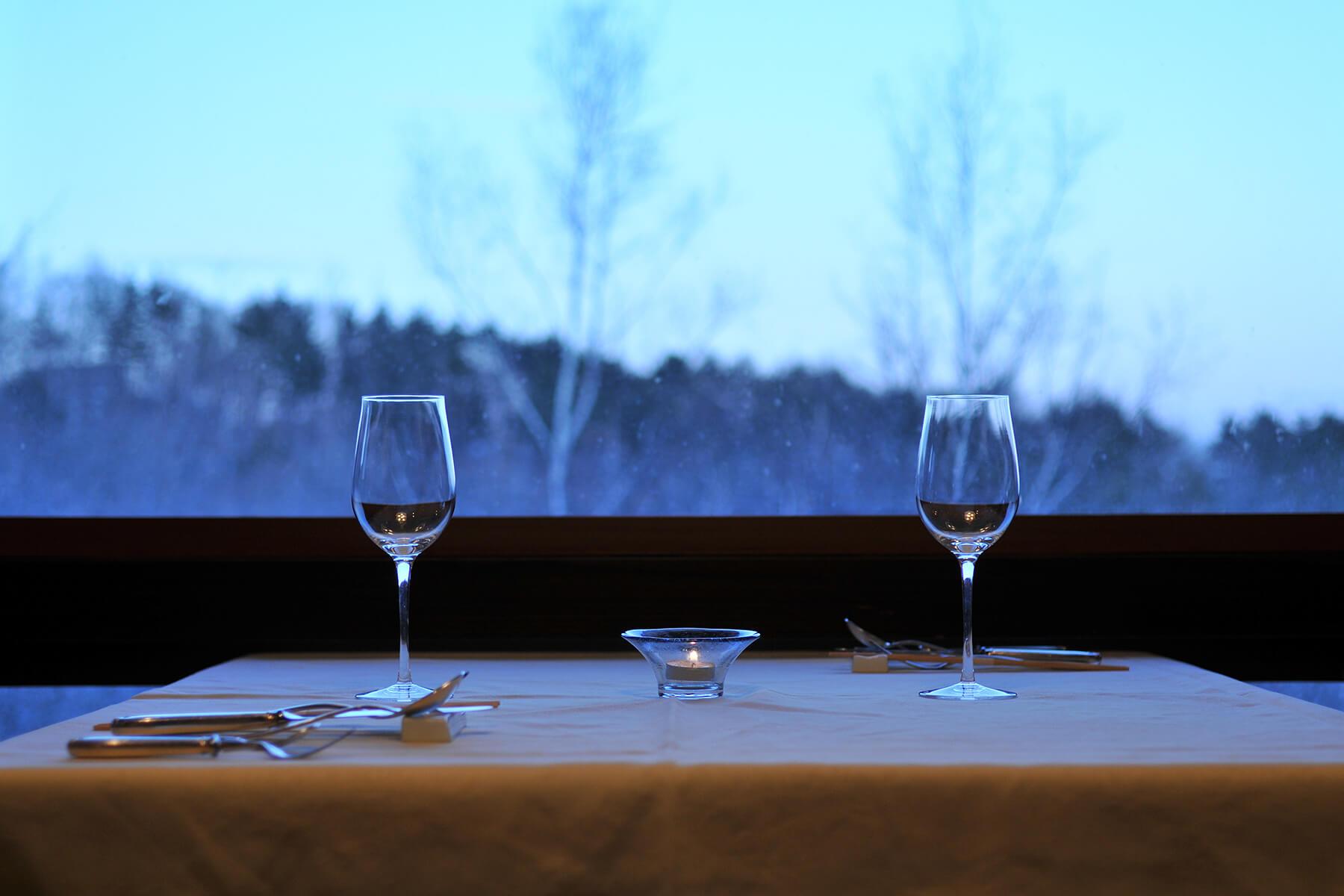 テーブルとワイングラス