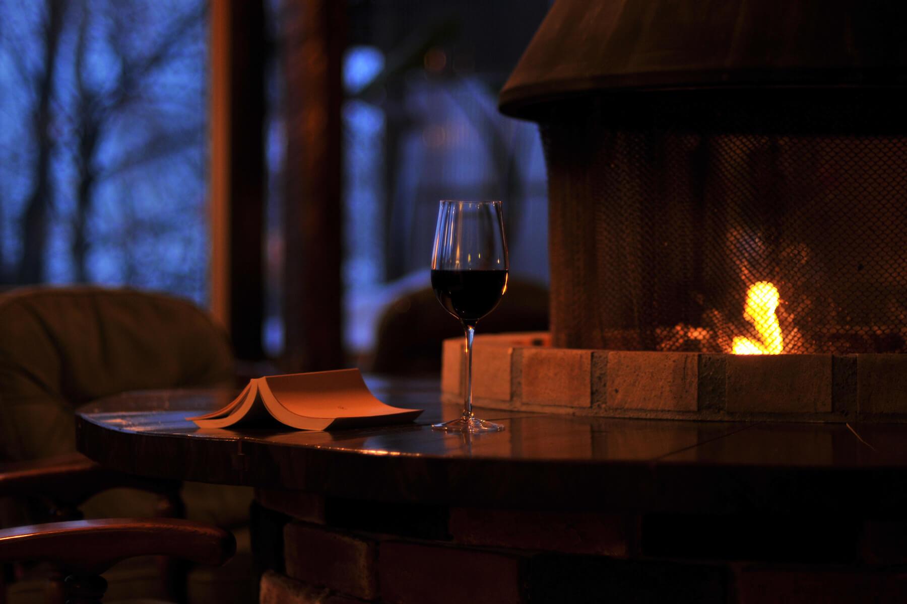 暖炉と本 夜